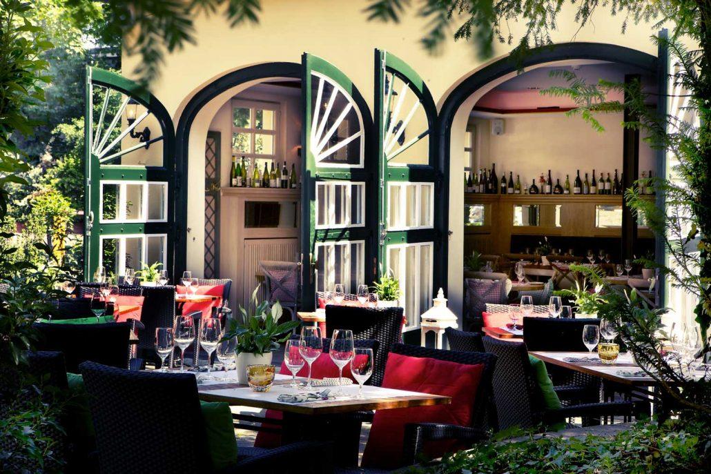 Genießen Sie die warmen Tage auf unserer schönen Sonnterrasse im Restaurant Redüttchen.