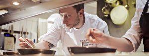 Mit voller Konzentration bereitet Ihnen Matthias Pietsch hervorragende Speisen zu.