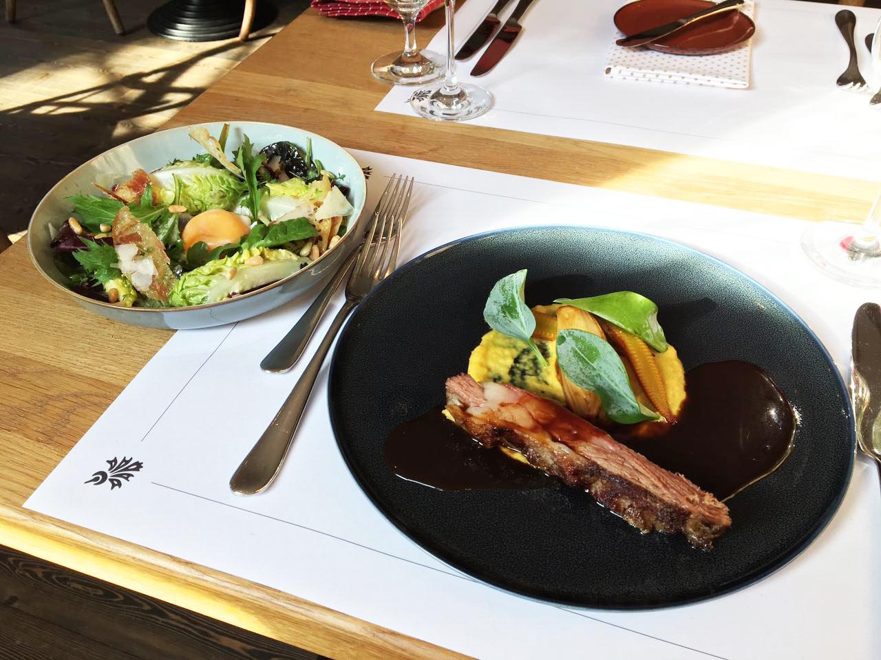 Genießen Sie in vollen Zügen die Speisen und Getränke im Restaurant ...