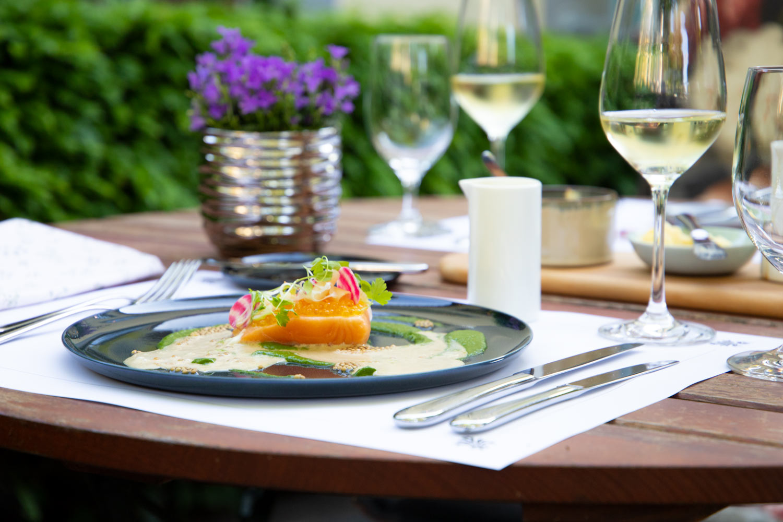 Terrasse mit Speise vom Restaurant Redüttchen in Bonn Bad Godesberg!